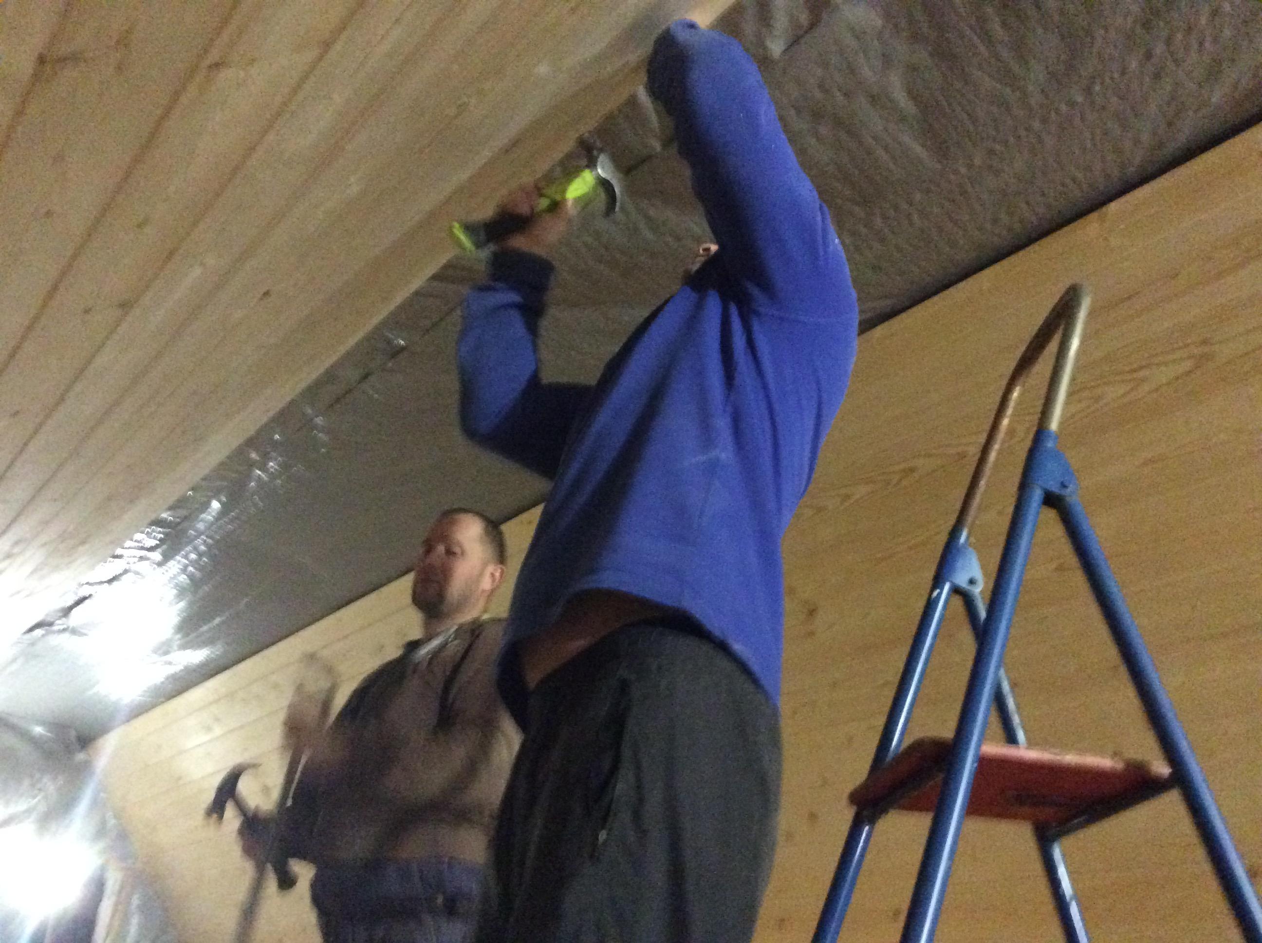 Работает бригада плотников из Санкт-Петербурга